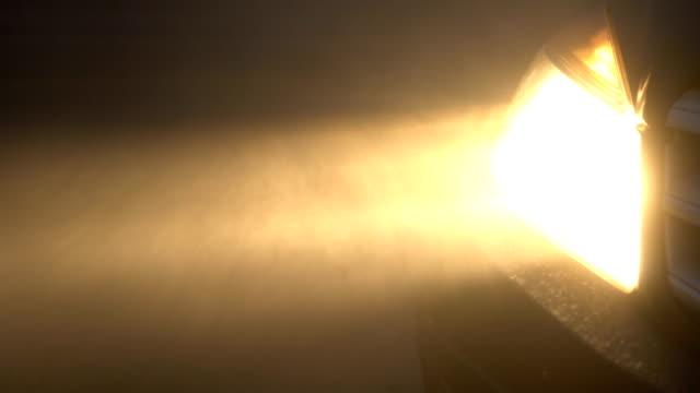 stockvideo's en b-roll-footage met koplamp auto in extreme weersomstandigheden - mist donker auto