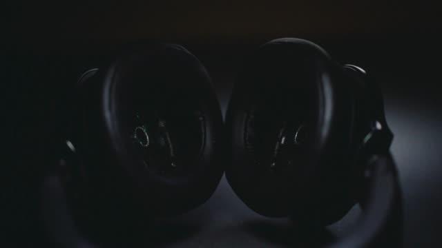 headphone close up - cuffia attrezzatura per l'informazione video stock e b–roll