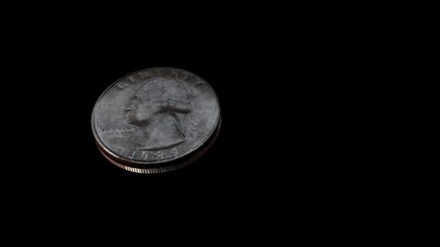 головки или девятихвостка spinning подбрасывании монеты - монета стоковые видео и кадры b-roll
