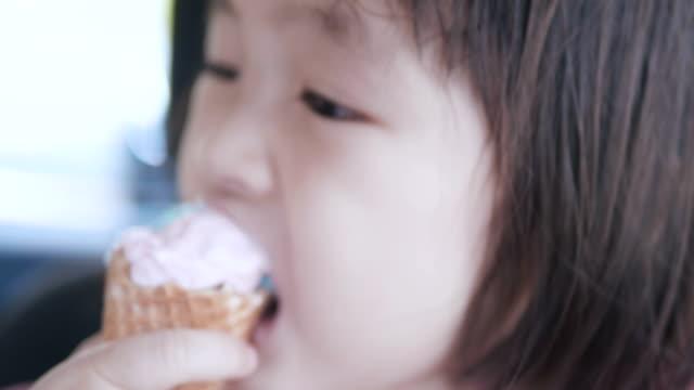Tête petite fille manger la crème glacée - Vidéo