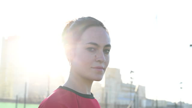 kopfschuss auf 24-jährige fußballerin im roten trikot - menschlicher kopf stock-videos und b-roll-filmmaterial