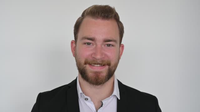 colpo alla testa dell'uomo caucasico barbuto in abbigliamento casual da lavoro - barba peluria del viso video stock e b–roll