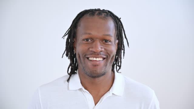 vídeos de stock e filmes b-roll de headshot of cheerful mid adult black man wearing polo shirt - cabelo preto