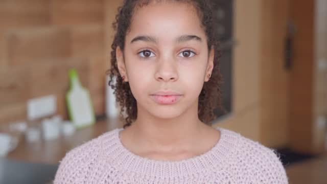 stockvideo's en b-roll-footage met headshot portret van droevig afrikaans amerikaans tienermeisje dat camera thuis bekijkt. - afro amerikaanse etniciteit