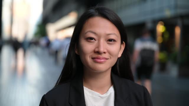 stockvideo's en b-roll-footage met headshot portret van jonge professionele vrouw - aziatische etniciteit