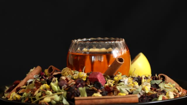 целебные травы и здоровый чай, вращающийся на черном фоне 5 - нивяник стоковые видео и кадры b-roll