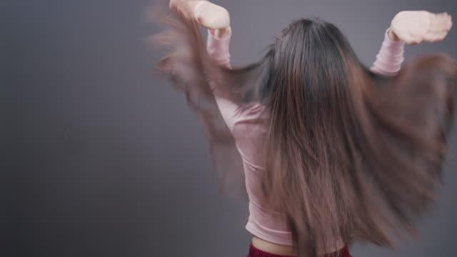 健康と美しさ.魅力的なアジアの女性や長いダメージを持つ美しい悲しい女の子は、彼女の手に散らばって乱雑な髪。ヘアケアコンセプト。高解像度。 - ダメージ点の映像素材/bロール