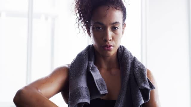 hälsa och förtroende går hand i hand - black woman towel workout bildbanksvideor och videomaterial från bakom kulisserna