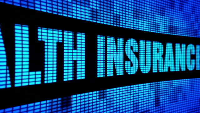 vídeos de stock, filmes e b-roll de seguro de saúde lado texto rolagem led wall pannel placa de sinal de exibição - assistente jurídico