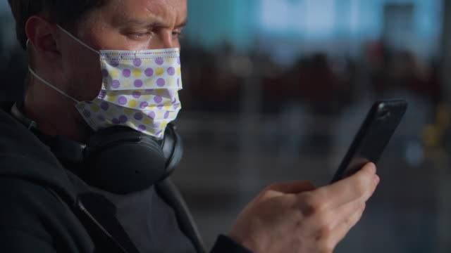 Health precautions and wearing medical mask in public - vídeo