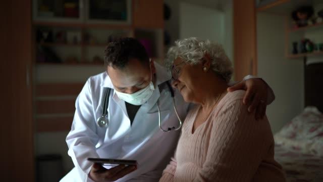 gesundheitsbesucherin und seniorin bei hausbesuch - freundschaftliche verbundenheit stock-videos und b-roll-filmmaterial