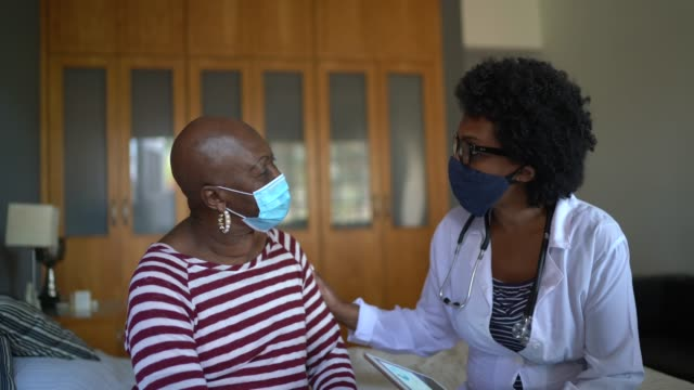 sağlık ziyaretçisi ve huzurevi ziyareti sırasında üst düzey bir kadın - ziyaret stok videoları ve detay görüntü çekimi