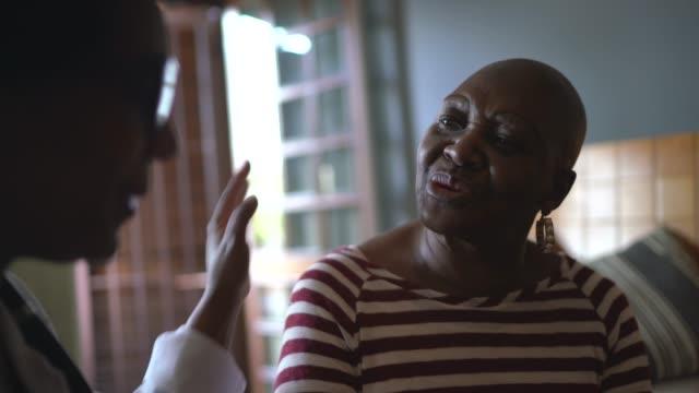 hälsobesökare och en äldre kvinna under vårdhemsbesök - omsorg bildbanksvideor och videomaterial från bakom kulisserna