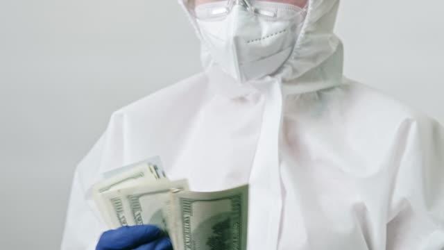 расходы на здравоохранение врач подсчета денег долларов - google стоковые видео и кадры b-roll