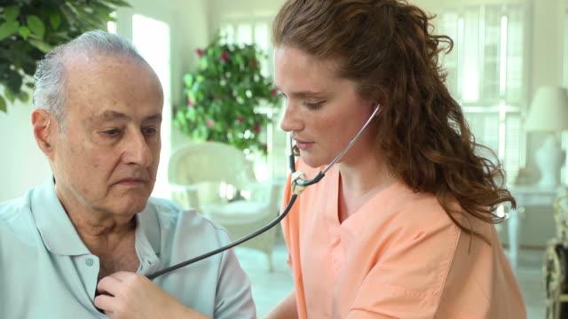 Profissional da saúde ouvir coração de homem - vídeo