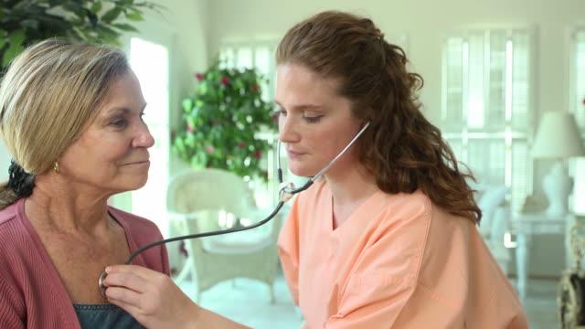 ヘルスケア専門家に耳を傾けるの女性 ビデオ