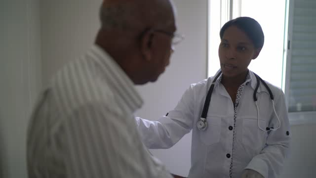 vårdarbetare tröstande patient på kliniken - mellan 30 och 40 bildbanksvideor och videomaterial från bakom kulisserna