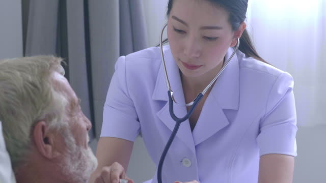 healthcare worker - prendersi cura del corpo video stock e b–roll