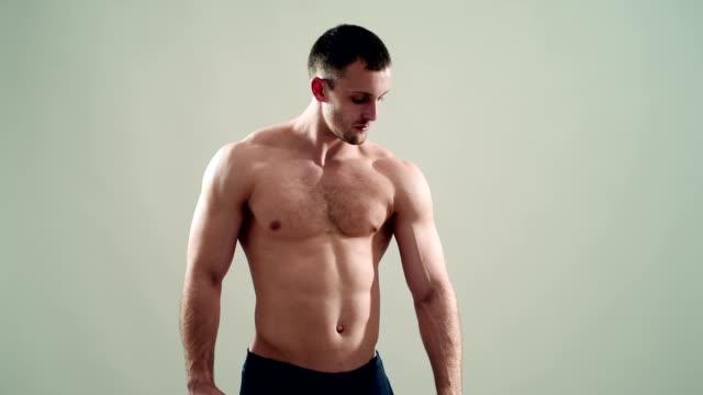 スポーツ、健康的な筋肉にグレーの背景 - ボディビル点の映像素材/bロール