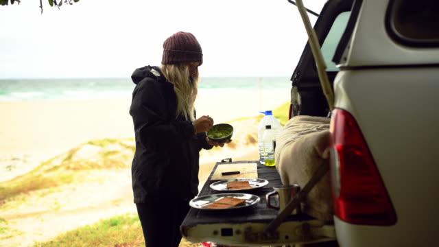 stockvideo's en b-roll-footage met een gezond ontbijt komt recht omhoog! - geroosterd brood