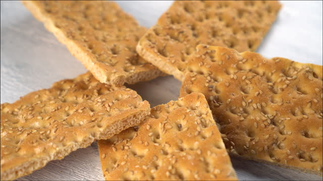 vidéos et rushes de petit déjeuner sain crispbread fermer - seigle grain