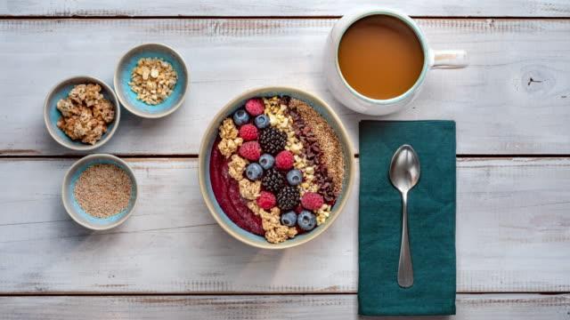 Petit-déjeuner sain - bol Smoothie fruits à baies, noix, grué de cacao et granola - Vidéo