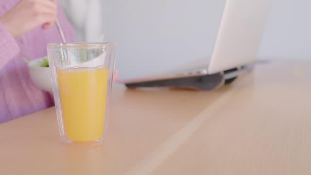 en hälsosam kost= en hälsosam du - endast unga kvinnor bildbanksvideor och videomaterial från bakom kulisserna