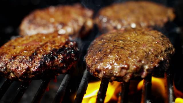 vídeos y material grabado en eventos de stock de la llama dieta a la parrilla hamburguesas de carne de res en barbacoa - hamburguesa
