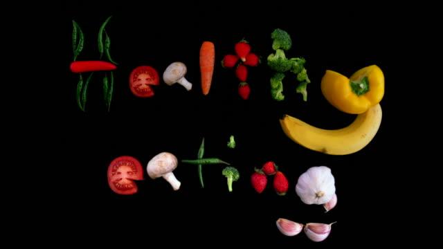 vídeos de stock, filmes e b-roll de saudável comer fundo animado com morangos frescos, cenouras e cogumelos. animação de divertido stop motion com arte de bonito design, trabalhada a partir de vegetais - fruit salad