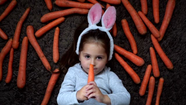 gesunde ernährung ist schritt eins zum gesunden leben - karotte peace stock-videos und b-roll-filmmaterial