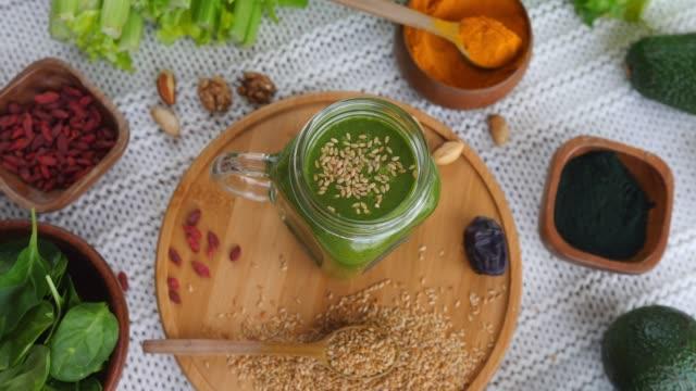 vídeos y material grabado en eventos de stock de smoothie verde saludable con superalimentos - antioxidante