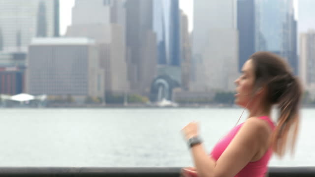 vídeos de stock e filmes b-roll de healthy lifestyle young woman running in new york city - young woman running city