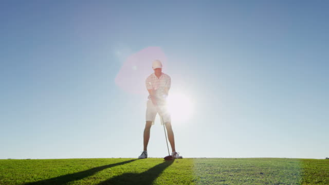 gesunden männlichen kaukasischen golfer im freien auf golfplatz - schaukel stock-videos und b-roll-filmmaterial