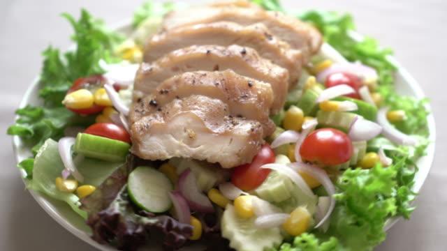 gesunden salatschüssel mit hähnchenbrust - grünkohl stock-videos und b-roll-filmmaterial
