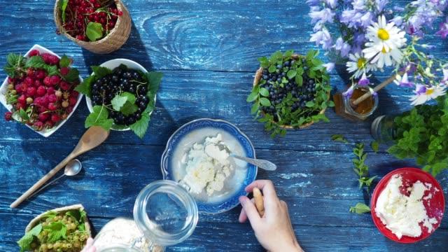 健康的な夏の朝食 - 叙情的な内容点の映像素材/bロール