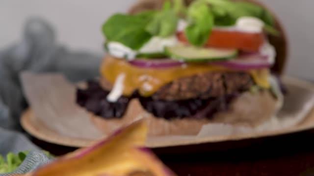 新鮮な野菜とヨーグルトソースのヘルシービーガンバーガー - ベジタリアン料理点の映像素材/bロール