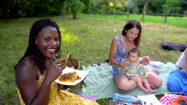 vídeos de stock, filmes e b-roll de comer vegan saudável, piquenique na natureza - consciência negra