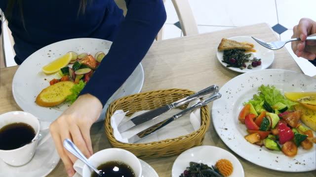 ヘルシーな野菜サラダ若い家族のレストランで食事 - 家族での夕食点の映像素材/bロール