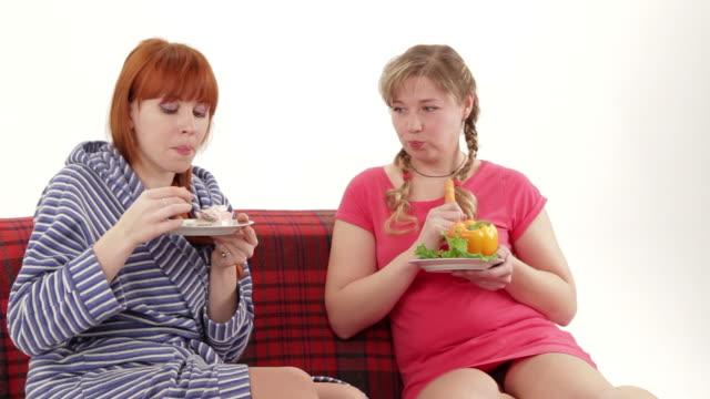 sana contro unheathy mangiare, frutta e verdura o cibo spazzatura - rivalità video stock e b–roll