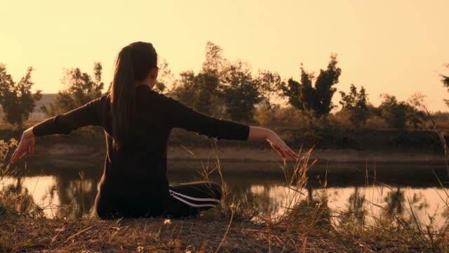 호수 근처에 아침 시간에 건강 한 여자 실행 요가 - mindfulness 스톡 비디오 및 b-롤 화면