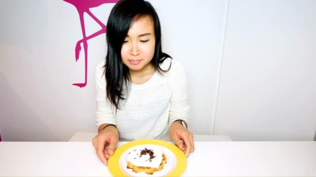 Mujer joven sana, luchando contra la tentación de la comida - vídeo
