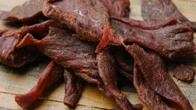 heap of beef jerky close up - mielona wołowina filmów i materiałów b-roll