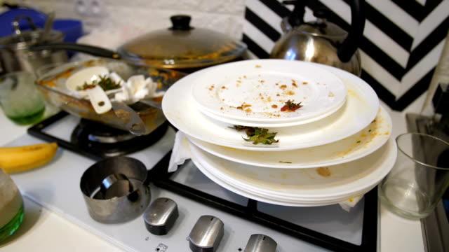vídeos de stock e filmes b-roll de heap of dirty dishes on the kitchen - sem higiene