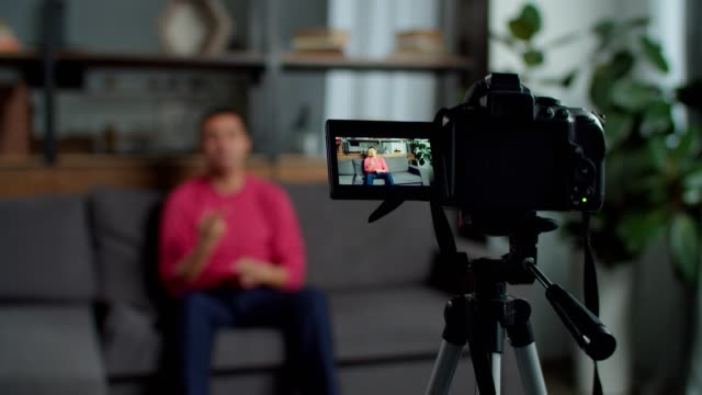 stockvideo's en b-roll-footage met slechthorende mannelijke vlogger video-opname - youtube