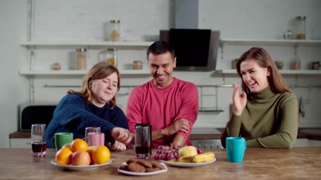 電話でビデオ通話をする聴覚障害者 - disabilitycollection点の映像素材/bロール