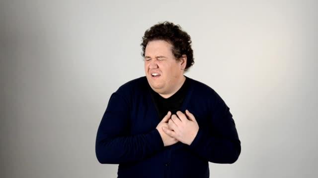 Ataque al corazón. Hombre gordo y el dolor. - vídeo