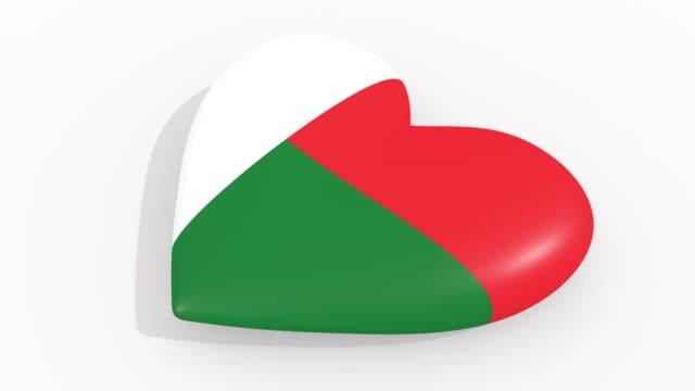 stockvideo's en b-roll-footage met heart in kleuren en symbolen van madagaskar op witte achtergrond, lus - ridderlijkheid