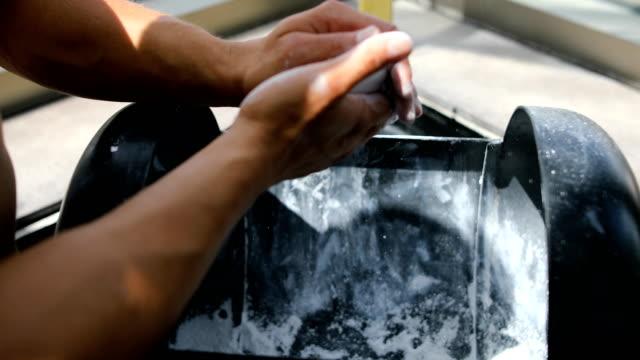 vidéos et rushes de coeur en poudre de talc. préparation de soulever des poids durs - lieu sportif