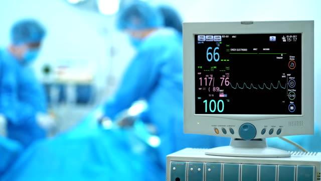 vídeos de stock, filmes e b-roll de monitor cardíaco 4k na sala de operação - equipamento médico
