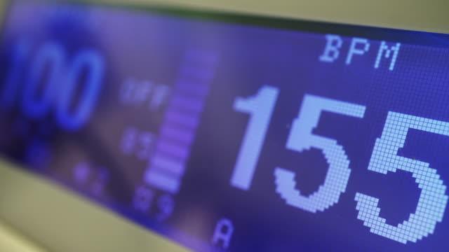 hjärtfrekvens - övervakningsutrustning bildbanksvideor och videomaterial från bakom kulisserna